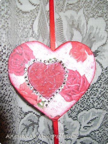Поздравляю всех с днем Валентина-всех влюбленных. Валентинки делала из картона- в работе использовала салфетки, шпаклевку, контуры,стразы, бисер, паетки, атласные ленточки. акриловый лак и краски фото 9