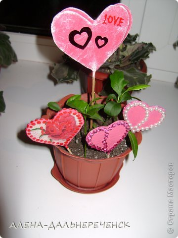 Поздравляю всех с днем Валентина-всех влюбленных. Валентинки делала из картона- в работе использовала салфетки, шпаклевку, контуры,стразы, бисер, паетки, атласные ленточки. акриловый лак и краски фото 3