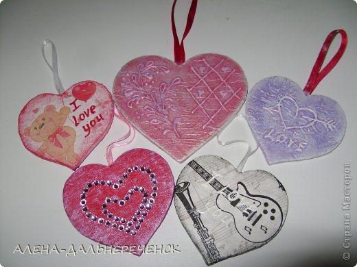 Поздравляю всех с днем Валентина-всех влюбленных. Валентинки делала из картона- в работе использовала салфетки, шпаклевку, контуры,стразы, бисер, паетки, атласные ленточки. акриловый лак и краски фото 1