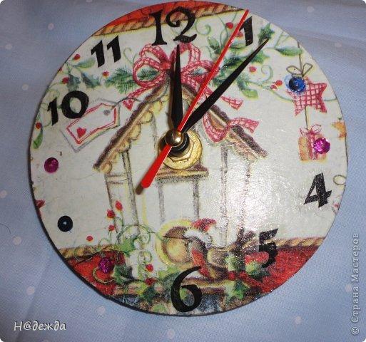 Часы из дисков на разные случае жизни. Зеленый с божьими коровками был припасен на 8 марта, а бело-красный подарен на новый год. Сначала как полагается покрыла диски акриловой краской, а потом сделала декупаж на лицевой стороне. фото 2
