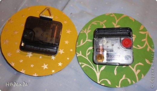Часы из дисков на разные случае жизни. Зеленый с божьими коровками был припасен на 8 марта, а бело-красный подарен на новый год. Сначала как полагается покрыла диски акриловой краской, а потом сделала декупаж на лицевой стороне. фото 5