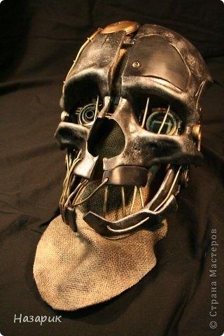 Дорогие мастера и мастерицы,нуждаюсь в помощи...) Подскажите пожалуйста как лучше сделать вот такого типа маску? Это маска главного героя из игры Dishonored,очень нужно сделать такую,в принципе как украшение но что бы и при необходимости можна было бы одеть.