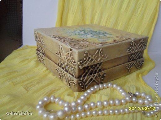 Привет всем! Была коробка из очень плотного картона, по прочности напоминает дерево, а всего лишь это коробочка от конфет! Вот я ее и переделала, а что получилось, решать вам! Тапки и помидоры приветствуются! фото 3