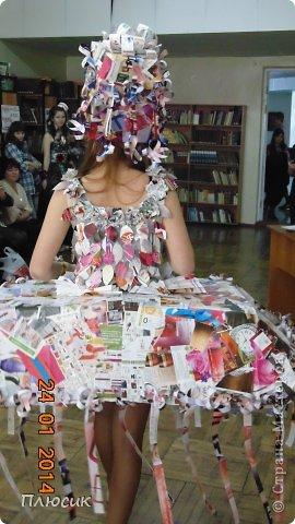 Для участия в экомоде, мы с дочерью сделали такой костюм, используя коробку от чайника, пол коробки от папиной бетономешалки, рекламные цветные журналы. На изготовление ушло 4 дня. Коробку-юбку раздвинули по форме, скрепили, прошив нитками края коробки, обклеили рваными кусочками журнальных листов, используя обойный клей. фото 8