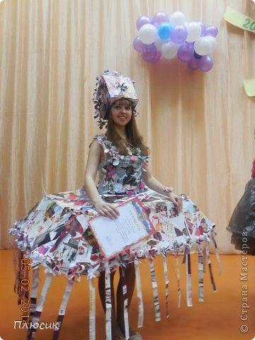Для участия в экомоде, мы с дочерью сделали такой костюм, используя коробку от чайника, пол коробки от папиной бетономешалки, рекламные цветные журналы. На изготовление ушло 4 дня. Коробку-юбку раздвинули по форме, скрепили, прошив нитками края коробки, обклеили рваными кусочками журнальных листов, используя обойный клей. фото 1
