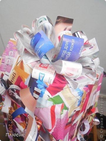 Для участия в экомоде, мы с дочерью сделали такой костюм, используя коробку от чайника, пол коробки от папиной бетономешалки, рекламные цветные журналы. На изготовление ушло 4 дня. Коробку-юбку раздвинули по форме, скрепили, прошив нитками края коробки, обклеили рваными кусочками журнальных листов, используя обойный клей. фото 3