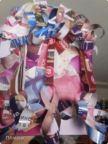 Для участия в экомоде, мы с дочерью сделали такой костюм, используя коробку от чайника, пол коробки от папиной бетономешалки, рекламные цветные журналы. На изготовление ушло 4 дня. Коробку-юбку раздвинули по форме, скрепили, прошив нитками края коробки, обклеили рваными кусочками журнальных листов, используя обойный клей. фото 4