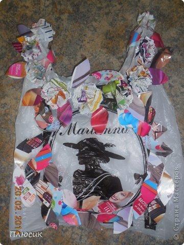 Для участия в экомоде, мы с дочерью сделали такой костюм, используя коробку от чайника, пол коробки от папиной бетономешалки, рекламные цветные журналы. На изготовление ушло 4 дня. Коробку-юбку раздвинули по форме, скрепили, прошив нитками края коробки, обклеили рваными кусочками журнальных листов, используя обойный клей. фото 5