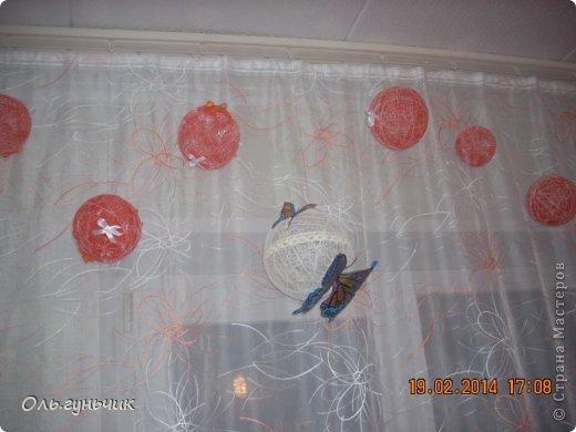 Здравствуйте дорогие мастерицы!!! Не давали мне покоя шторы на кухне, казались пустыми что ли...и вот накрутила я шариков и развесила по верху...но опять же не знаю оставлять ли...что то мне не нравится((( может вы подскажите? фото 1