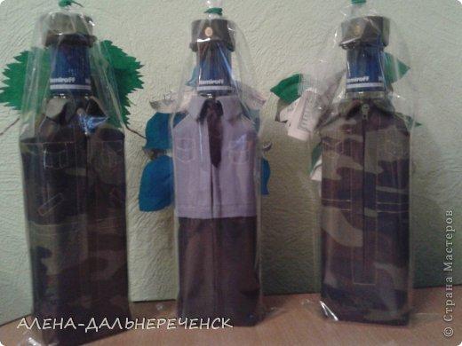 В том году я уже делала такие чехлы на бутылки ( я их так называю). Чехлы свободно снимаются, с переди в шита молния , растигнул и ву аля можно новую полную бутылку вставить и она одета. С комуфляжной ткани  я уже делала, а вот полицейского( мне милей милиционера) делала первый раз. В ход пошли форменные милицейские брюки и рубашка мужа. фото 1