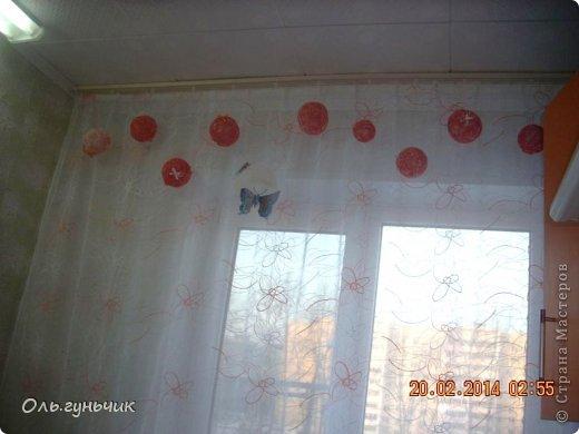 Здравствуйте дорогие мастерицы!!! Не давали мне покоя шторы на кухне, казались пустыми что ли...и вот накрутила я шариков и развесила по верху...но опять же не знаю оставлять ли...что то мне не нравится((( может вы подскажите? фото 4