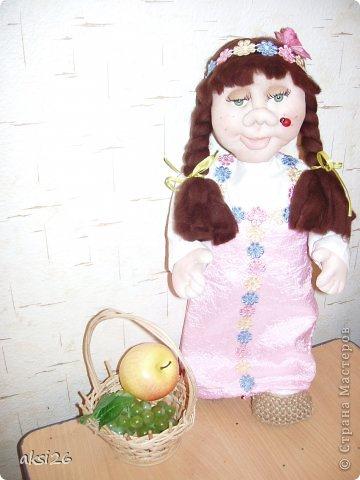Хочу рассказать вам старую сказку на новый лад. Про маленькую домовушку.  Жила была маленькая домовушка. Как то вечером послала ее мама к дедушке, возьми говорит корзинку попроведуй старичка да отнеси ему в подарок яблоко и виноград.