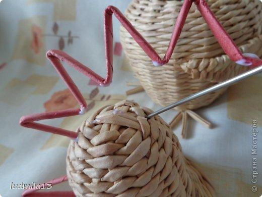 Мастер-класс Поделка изделие Пасха Плетение МК курочки Бумага газетная Трубочки бумажные фото 35