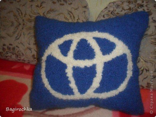 вот такая подушка у меня получилась....заинтересовалась ковровой вышивкой,муж купил набор игл от Gamma и понеслось....и вот такой подарочек получился... фото 1