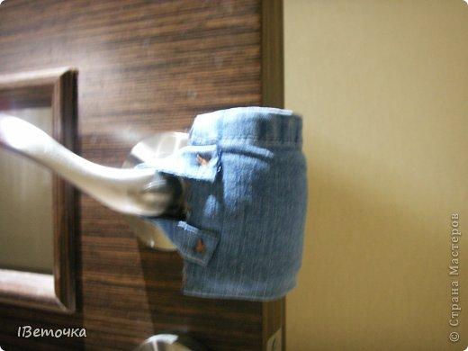 Надоели тряпки, висящие на дверях, которые предназначены для того, чтобы защелка замка не клацала при закрывании. Как завелись подобные атрибуты на дверях после рождения сына (чтоб не разбудить), так руки не доходят облагородить это дело. Наконец-то нашлось чуть времени, да и обрезки джинсов лежали на виду... фото 7