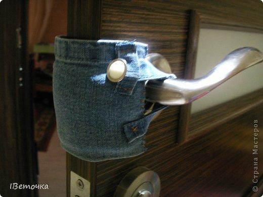 Надоели тряпки, висящие на дверях, которые предназначены для того, чтобы защелка замка не клацала при закрывании. Как завелись подобные атрибуты на дверях после рождения сына (чтоб не разбудить), так руки не доходят облагородить это дело. Наконец-то нашлось чуть времени, да и обрезки джинсов лежали на виду... фото 8