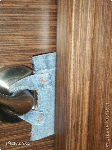 Надоели тряпки, висящие на дверях, которые предназначены для того, чтобы защелка замка не клацала при закрывании. Как завелись подобные атрибуты на дверях после рождения сына (чтоб не разбудить), так руки не доходят облагородить это дело. Наконец-то нашлось чуть времени, да и обрезки джинсов лежали на виду... фото 12
