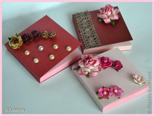 Всем привет! Сегодня хочу показать вам коробочку для небольшого подарка, что именно в ней будет не знаю (мне не сказали, а я и не настаивала) предложила сделать такую раскладушку и девочке идея пришлась по душе. А вам я мк дам http://whiffofjoy.blogspot.ru/2010/07/baby-gift-box-by-inge-groot.html делается очень быстро и легко! фото 6