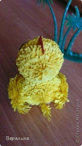 Поделка изделие Квиллинг Цыпленок под пальмой Бумажные полосы фото 4