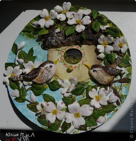 Сегодня я вам покажу, как сделать цветущий кизил, не тот, что цветет в некоторых  садах бывшего постсоветского пространства,  а калифорнийский (Flowering Dogwood (Córnus Flòrida)). Давно на него заглядывалась, и сначала в попытке работы с соленым тестом сделала птичек на кизиле по известной картинке  Каролин Shores Райт. И вот руки дошли и до букетных цветов.Но обо всем по порядку. фото 25