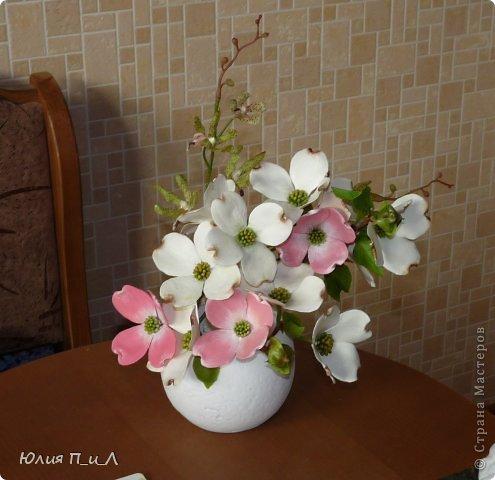 Сегодня я вам покажу, как сделать цветущий кизил, не тот, что цветет в некоторых  садах бывшего постсоветского пространства,  а калифорнийский (Flowering Dogwood (Córnus Flòrida)). Давно на него заглядывалась, и сначала в попытке работы с соленым тестом сделала птичек на кизиле по известной картинке  Каролин Shores Райт. И вот руки дошли и до букетных цветов.Но обо всем по порядку. фото 21