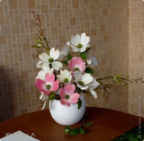 Сегодня я вам покажу, как сделать цветущий кизил, не тот, что цветет в некоторых  садах бывшего постсоветского пространства,  а калифорнийский (Flowering Dogwood (Córnus Flòrida)). Давно на него заглядывалась, и сначала в попытке работы с соленым тестом сделала птичек на кизиле по известной картинке  Каролин Shores Райт. И вот руки дошли и до букетных цветов.Но обо всем по порядку. фото 23