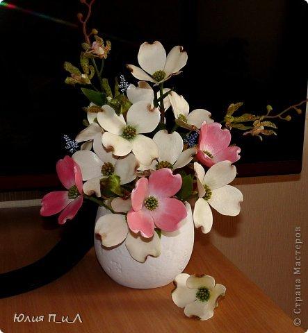 Сегодня я вам покажу, как сделать цветущий кизил, не тот, что цветет в некоторых  садах бывшего постсоветского пространства,  а калифорнийский (Flowering Dogwood (Córnus Flòrida)). Давно на него заглядывалась, и сначала в попытке работы с соленым тестом сделала птичек на кизиле по известной картинке  Каролин Shores Райт. И вот руки дошли и до букетных цветов.Но обо всем по порядку. фото 20