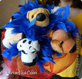 Долго, долго думали...ну что бы подарить дочке на 8 Марта, чем бы удивить её....и вдруг я вспомнила что у неё очень много мягких игрушек и она их очень любит. Вот и решила я сделать такой весёлый букетик (цветы в этот день нереально выросли в цене). фото 2