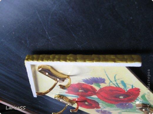 """Моя первая ключница, в подарок куме. С ее же салфетки ))) Сказала: """"Жалко мне об такую красоту руки вытирать. Ты мне лучше дай белую салфеточку, а эту я с собой заберу"""" Первая фотка наиболее передает цвет - никак не получилось цвет схватить.  фото 3"""