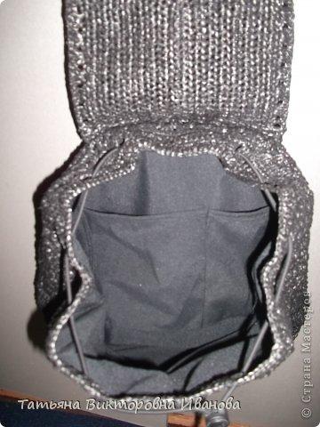 Здравствуйте мои дорогие жители страны мастеров! Доброго всем времени суток! И вновь я представляю вашему вниманию свою новую коллекцию сумок и рюкзаков связанных из полиэтиленовых пакетов. Каждое изделие оформлено застёжками - молниями или магнитами, внутри пришит подклад. Первая сумочка молодёжная с одной ручкой.    фото 23
