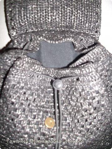 Здравствуйте мои дорогие жители страны мастеров! Доброго всем времени суток! И вновь я представляю вашему вниманию свою новую коллекцию сумок и рюкзаков связанных из полиэтиленовых пакетов. Каждое изделие оформлено застёжками - молниями или магнитами, внутри пришит подклад. Первая сумочка молодёжная с одной ручкой.    фото 24