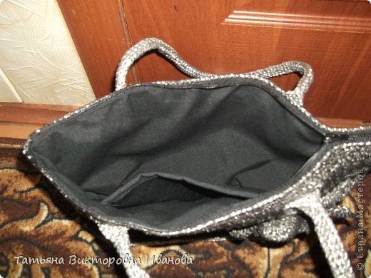 Здравствуйте мои дорогие жители страны мастеров! Доброго всем времени суток! И вновь я представляю вашему вниманию свою новую коллекцию сумок и рюкзаков связанных из полиэтиленовых пакетов. Каждое изделие оформлено застёжками - молниями или магнитами, внутри пришит подклад. Первая сумочка молодёжная с одной ручкой.    фото 7
