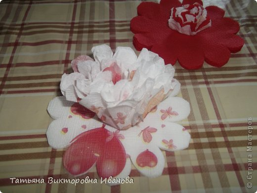 Всем доброго дня суток! Сегодня я вам покажу как делаются такие цветочки. Может кто- то до меня уже такие цветы показывал, но я такие не встречала нигде. фото 12