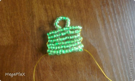 Всем привет! Сегодня я бы хотела показать Вам, как я делала сумочку для куклы из бисера. Так как, я свои вещи для переезда собрала, а родители еще нет, я решила что-нибудь поделать для куклы, но у меня был только бисер, проволока, леска, нитки и иголки, ну и ножницы и кусачки, в общем, небогатый выбор:) фото 11