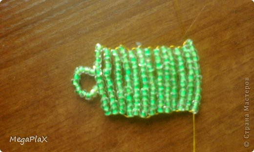 Всем привет! Сегодня я бы хотела показать Вам, как я делала сумочку для куклы из бисера. Так как, я свои вещи для переезда собрала, а родители еще нет, я решила что-нибудь поделать для куклы, но у меня был только бисер, проволока, леска, нитки и иголки, ну и ножницы и кусачки, в общем, небогатый выбор:) фото 13