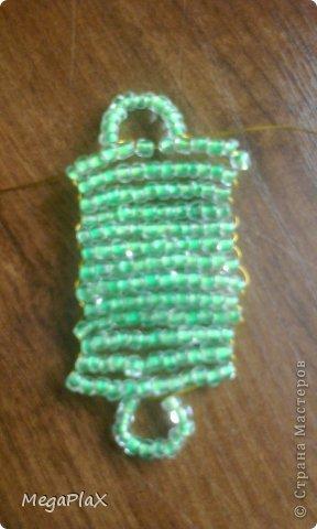 Всем привет! Сегодня я бы хотела показать Вам, как я делала сумочку для куклы из бисера. Так как, я свои вещи для переезда собрала, а родители еще нет, я решила что-нибудь поделать для куклы, но у меня был только бисер, проволока, леска, нитки и иголки, ну и ножницы и кусачки, в общем, небогатый выбор:) фото 14