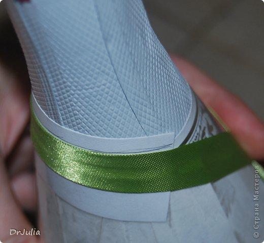"""В СМ есть подробное описание как делать съемную одежду с помощью пакета http://stranamasterov.ru/node/465285. Я стала делать на бумаге, расскажу и покажу как. На пакете не пробовала... дело в том, что первая бутылка, на которую я делала такую одежку, оказалась не прямая, а видимо чуть Уже книзу, потому что при тугом накладывании лент """"съемность"""" терялась. На бумаге это удалось исправить (отклеивала только что наложенные ряды и ослабляла их натяжение), а как бы это можно было сделать на пакете сложно сказать. фото 10"""