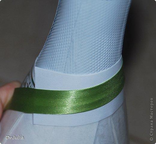 """В СМ есть подробное описание как делать съемную одежду с помощью пакета http://stranamasterov.ru/node/465285. Я стала делать на бумаге, расскажу и покажу как. На пакете не пробовала... дело в том, что первая бутылка, на которую я делала такую одежку, оказалась не прямая, а видимо чуть Уже книзу, потому что при тугом накладывании лент """"съемность"""" терялась. На бумаге это удалось исправить (отклеивала только что наложенные ряды и ослабляла их натяжение), а как бы это можно было сделать на пакете сложно сказать. фото 9"""