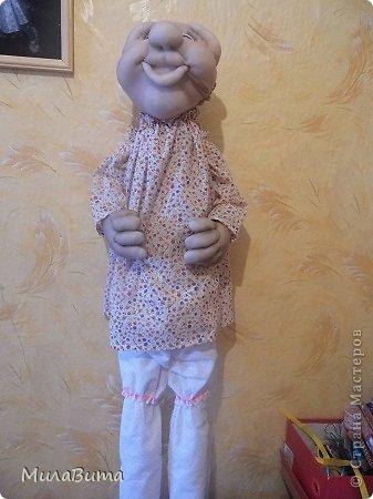 Всем доброе утро)))) Как то раз в магазине я увидела большенькую куклу с длинными ногами и большими ботинками,которые встречают вас с работы,нужно их ставить в прихожую и радоваться,когда приходишь домой)))) рост моей куклы 85-90см может кто-то захочет и себе такую же куклу)))то прошу))))дальше будет мк))) уверена у вас получится гораздо лучше) но взглянув на цену...я пошатнулась и тихоньку вышла вон((( долго искала что-то подобное в интернете,чтобы подробнее разглядеть,но что-то ничего не нашла(((( увидела на американском магазине, мелкую картинку. Ну решила,что надо себе такую сделать))))  Вот что у меня получилось)))мои недельные труды)))) фото 23
