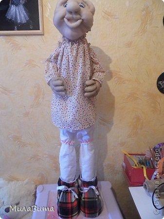 Всем доброе утро)))) Как то раз в магазине я увидела большенькую куклу с длинными ногами и большими ботинками,которые встречают вас с работы,нужно их ставить в прихожую и радоваться,когда приходишь домой)))) рост моей куклы 85-90см может кто-то захочет и себе такую же куклу)))то прошу))))дальше будет мк))) уверена у вас получится гораздо лучше) но взглянув на цену...я пошатнулась и тихоньку вышла вон((( долго искала что-то подобное в интернете,чтобы подробнее разглядеть,но что-то ничего не нашла(((( увидела на американском магазине, мелкую картинку. Ну решила,что надо себе такую сделать))))  Вот что у меня получилось)))мои недельные труды)))) фото 25