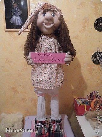 Всем доброе утро)))) Как то раз в магазине я увидела большенькую куклу с длинными ногами и большими ботинками,которые встречают вас с работы,нужно их ставить в прихожую и радоваться,когда приходишь домой)))) рост моей куклы 85-90см может кто-то захочет и себе такую же куклу)))то прошу))))дальше будет мк))) уверена у вас получится гораздо лучше) но взглянув на цену...я пошатнулась и тихоньку вышла вон((( долго искала что-то подобное в интернете,чтобы подробнее разглядеть,но что-то ничего не нашла(((( увидела на американском магазине, мелкую картинку. Ну решила,что надо себе такую сделать))))  Вот что у меня получилось)))мои недельные труды)))) фото 26