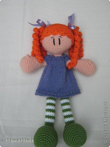 Очередная Куклена в полосатых чулках связалась в подарок для маленькой племянницы. В этот раз рыжулька. Получилась крупнее Фроси (моей первой куклы), в принципе, так и задумывалось, но также, как Фрося осталась босиком - что-то не дружу я с сандаликами кукольными!:) Зато одета в платье-реглан связанный от горловины. Если бы вы только видели, как я его вязала: полностью на застежке не очень мне хотелось вязать, оставила небольшое отверстие у горловины, а так как кулачки довольно большие и не пролезли бы в рукава, пришлось, после соединения рукавов под мышками, вязать платье прямо на кукле (вязано на носочных спицах, отделка по низу - крючок). фото 1