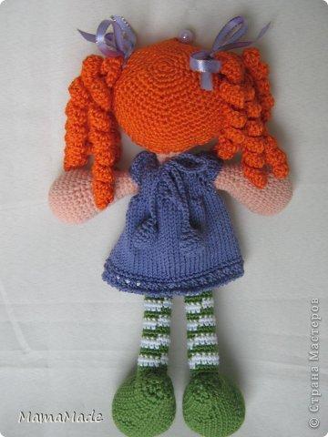Очередная Куклена в полосатых чулках связалась в подарок для маленькой племянницы. В этот раз рыжулька. Получилась крупнее Фроси (моей первой куклы), в принципе, так и задумывалось, но также, как Фрося осталась босиком - что-то не дружу я с сандаликами кукольными!:) Зато одета в платье-реглан связанный от горловины. Если бы вы только видели, как я его вязала: полностью на застежке не очень мне хотелось вязать, оставила небольшое отверстие у горловины, а так как кулачки довольно большие и не пролезли бы в рукава, пришлось, после соединения рукавов под мышками, вязать платье прямо на кукле (вязано на носочных спицах, отделка по низу - крючок). фото 2