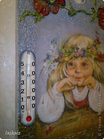 Добрый день! Сегодня у меня две,совершенно рапзные работы. Первая-сделала себе домой,в комнату к детям, комнатный термометр. О был у нас там, но старый и страшный))))))))))))) А тут мне безумно понравились работы Леночки (Творю иль вытворяю сама пока не знаю), с открытками Людмилы Романовой, и понеслось. Ни спать ни есть,хочу таких девчушек, тем более,что та,что у нас на термоментре очень похожа на мою младшенькую))))))))))))) Спасибо Леночке за сброшенные мне картинки! Основа-разделочна доска,распечатка на офисной бумаге,шпатлевка-объемные элементы,акрил,рафия. Сам термоментр вырезала из старого. Когда делала работу,умиляясь звала ее золотко моё,отсюда и название.Очень мне нравится!!! фото 2