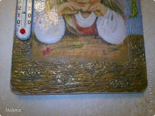 Добрый день! Сегодня у меня две,совершенно рапзные работы. Первая-сделала себе домой,в комнату к детям, комнатный термометр. О был у нас там, но старый и страшный))))))))))))) А тут мне безумно понравились работы Леночки (Творю иль вытворяю сама пока не знаю), с открытками Людмилы Романовой, и понеслось. Ни спать ни есть,хочу таких девчушек, тем более,что та,что у нас на термоментре очень похожа на мою младшенькую))))))))))))) Спасибо Леночке за сброшенные мне картинки! Основа-разделочна доска,распечатка на офисной бумаге,шпатлевка-объемные элементы,акрил,рафия. Сам термоментр вырезала из старого. Когда делала работу,умиляясь звала ее золотко моё,отсюда и название.Очень мне нравится!!! фото 6