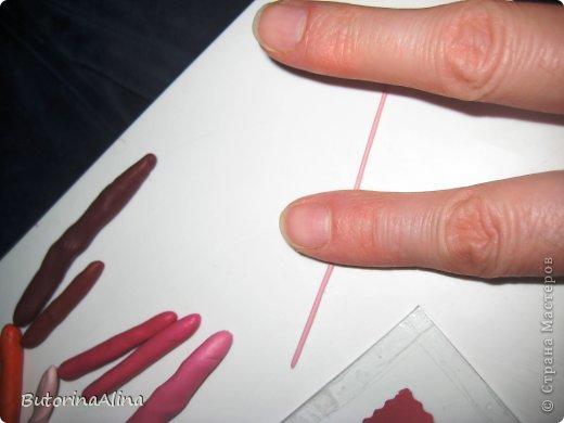 """Добрый всем вечер! Хочу представить вам один из приемов пластилиновой живописи. Немного изучив эту технику, выделила несколько приемов: лепка из жгутиков, лепка из горошек, """"размазывание"""", лепка мазками, лепка с применением контура, лепка с применением шаблона, рельефная лепка. Работы выполняются на картоне или на стекле. В данном случае -это лепка на стекле с применением шаблона. Лепка на стекле еще называется обратной живописью. Так картинка получается перевернутой. Я очень люблю цветы - чудесное творение природы. Поэтому представляю на ваш суд """"Розы"""". фото 7"""