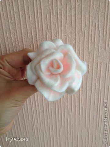 Роза сваляна из шерсти в технике валяние на каркасе. Вот по этому МК https://stranamasterov.ru/node/559103. Все лепестки валялись отдельно, а потом соединялись в цветок. фото 1