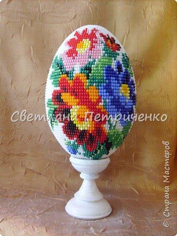 Яйцо оплетенное бисером. С одной стороны - это изображение, с другой - букет с розами.