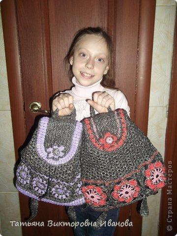 Здравствуйте жители нашей страны! Сегодня я вам представляю ещё два рюкзака, связанных крючком из полиэтиленовых пакетов. Они немного похожи, но всё таки они разные... Лямки прибавляются и убавляются