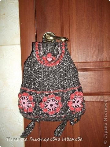Здравствуйте жители нашей страны! Сегодня я вам представляю ещё два рюкзака, связанных крючком из полиэтиленовых пакетов. Они немного похожи, но всё таки они разные... Лямки прибавляются и убавляются фото 4